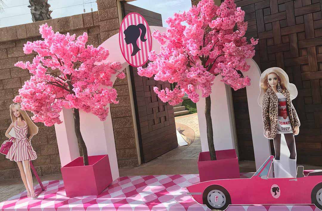 En vez de alfombra roja, en la entrada del lugar donde fue la fiesta había esta decoración con todo y el auto de la Barbie