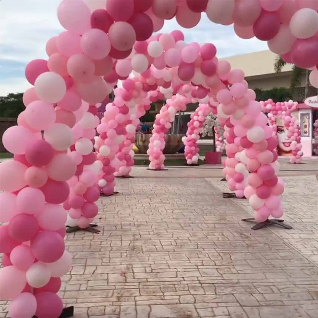 Había globos rosados por todo el lugar