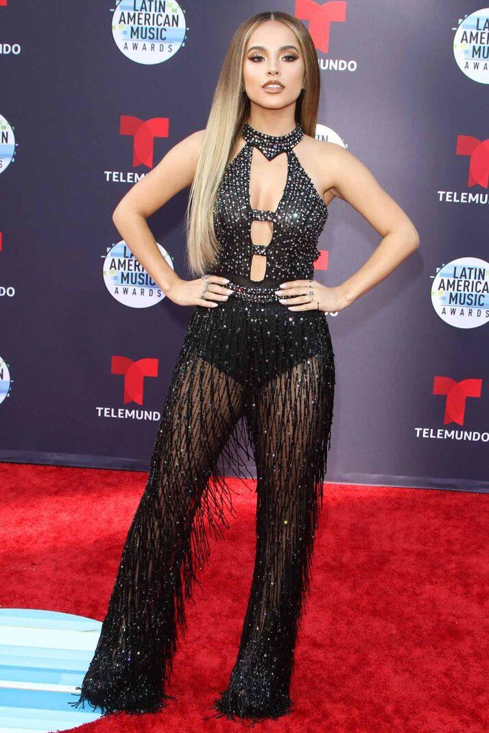 Becky G llegó como dominatrix en fiesta de gala, y aunque su estatura no le ayuda, el maquillaje y su espectacular peinado la salvaron