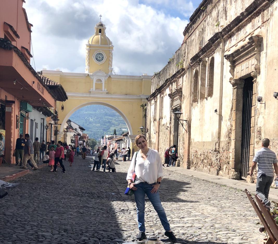 La calle más conocida de Antigua y al fondo de mi el Arco de Santa Catalina