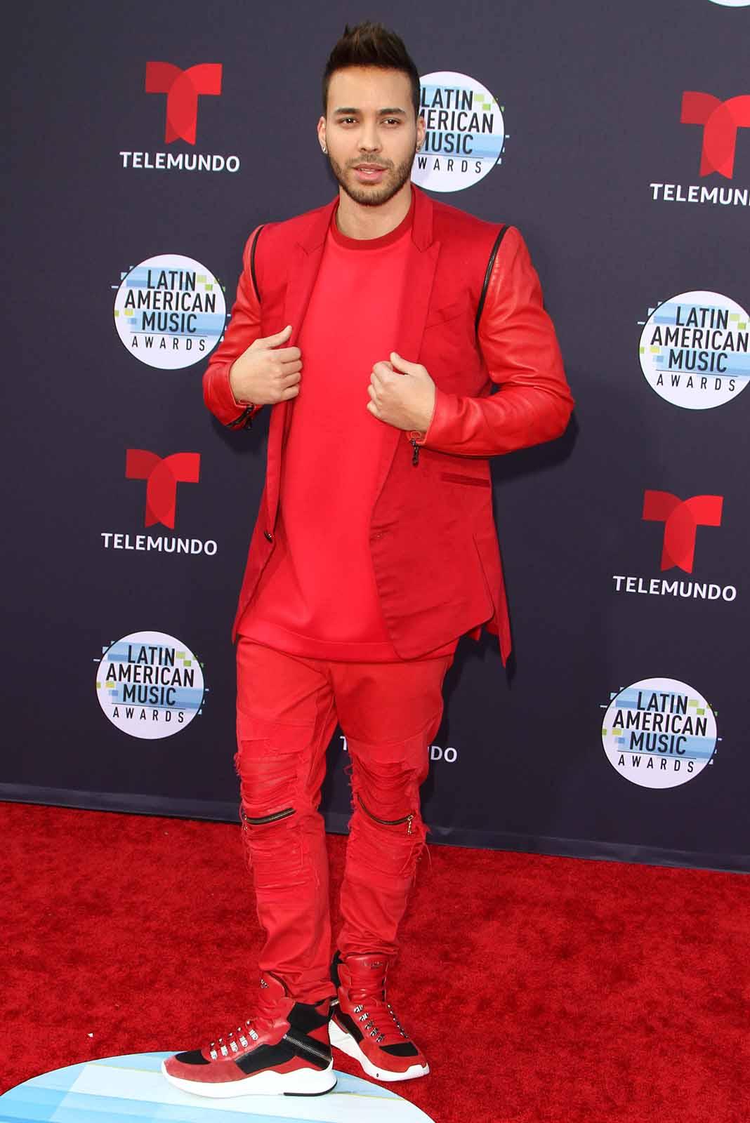 Prince Royce llegó con un estilo definitivamente influenciado por El Chapulín Colorado y Michael Jackson en el video de Triller