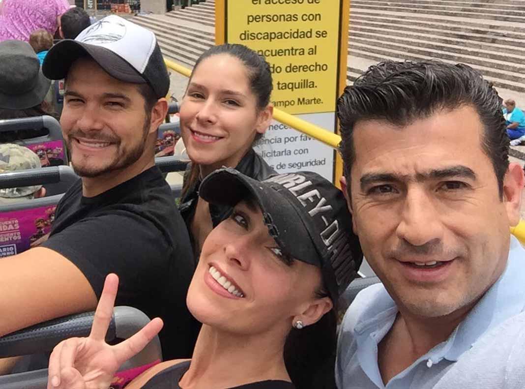 Isaías Gómez, aquí con Sharis, Kristal Cid y Brandon Peniche, tenía 45 años de edad