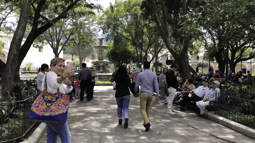 El ambiente en la Plaza Mayor de Antigua es espectacular