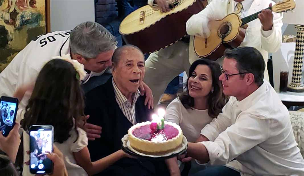 Sus hijos Luis, Aída y Alfredo le cantaron las mañanitas con mariachi en su último cumpleaños