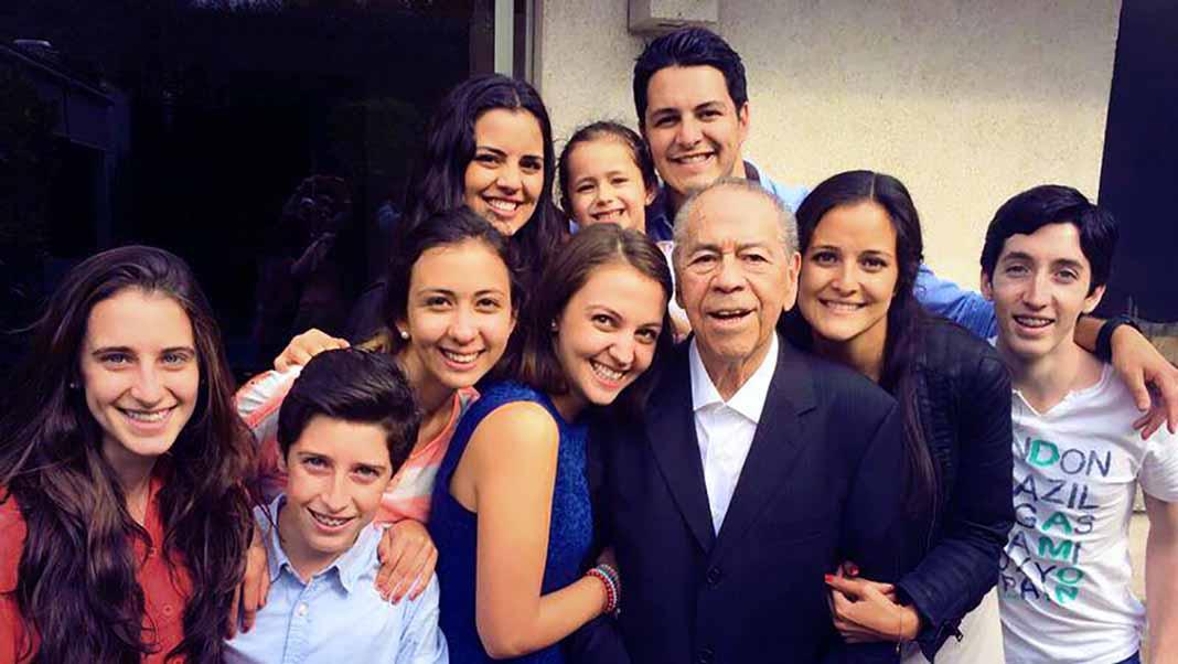 Con algunos de sus queridos nietos