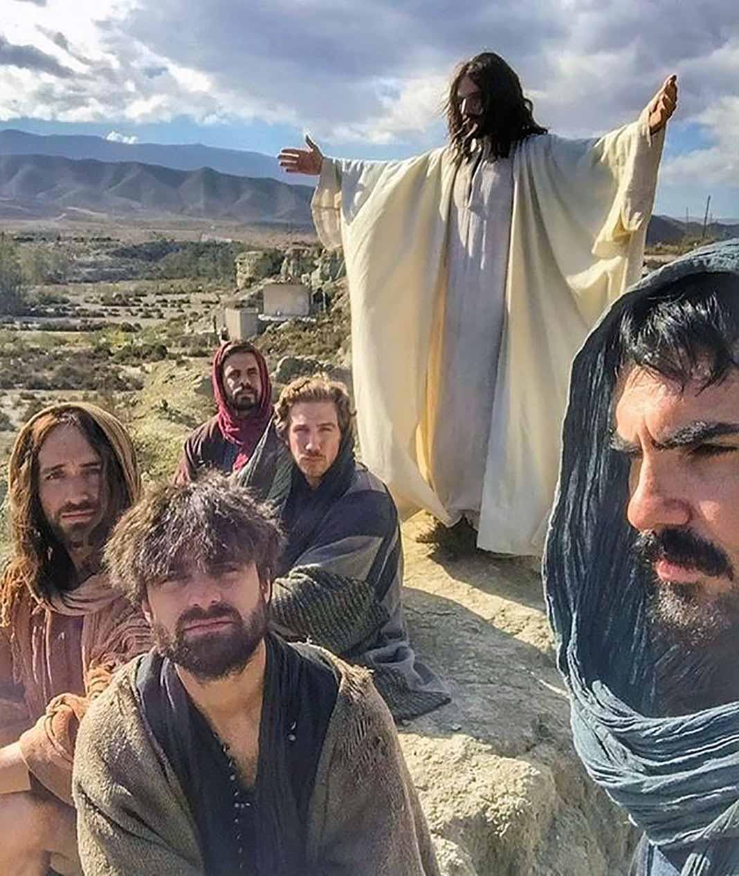 En esta escena vemos a Julián Gil como Jesús y a sus apóstoles