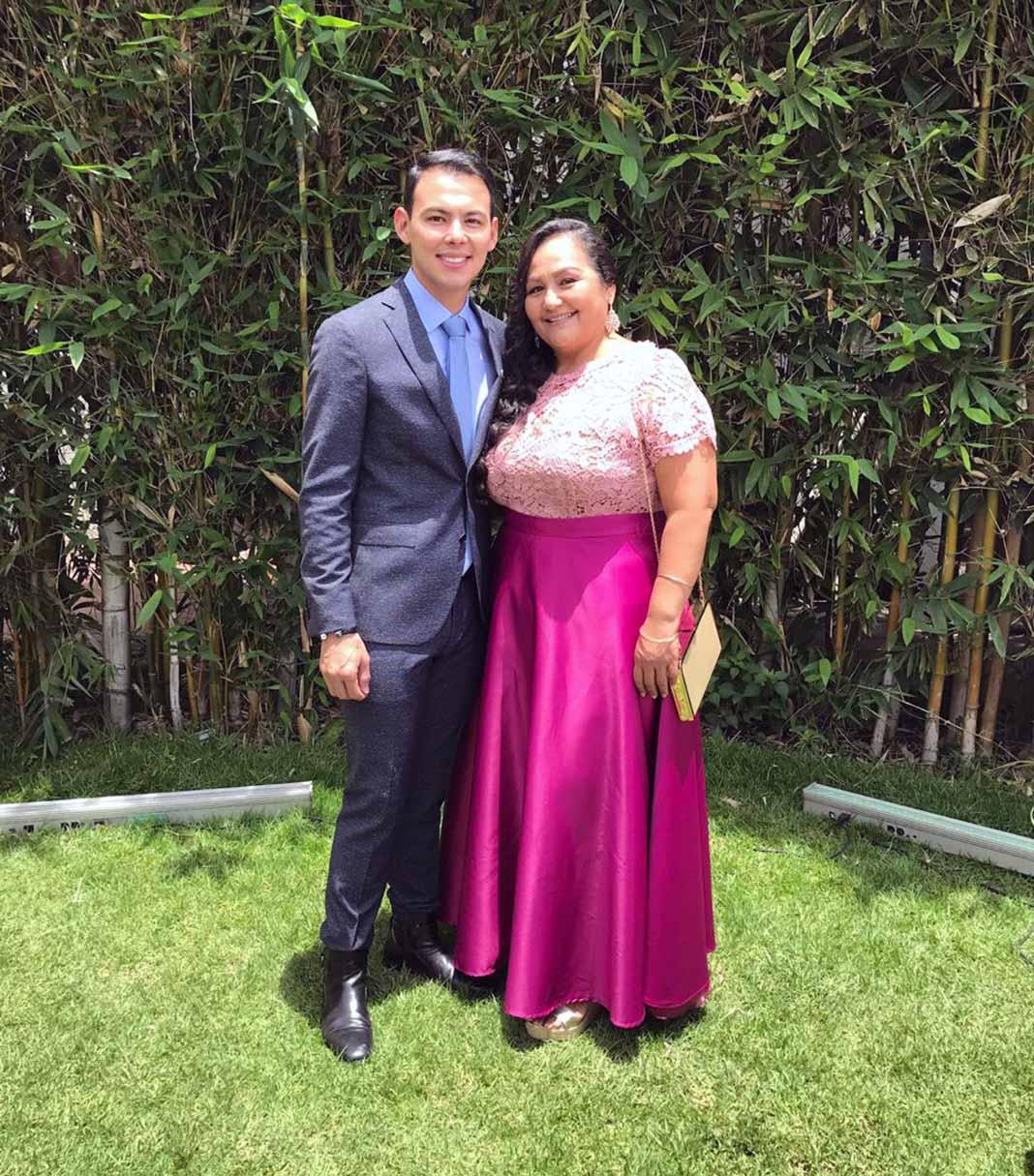"""La señora Mary apapacha a su hijo Armando Ramos """"El Caballo"""" con gorditas sinaloenses"""