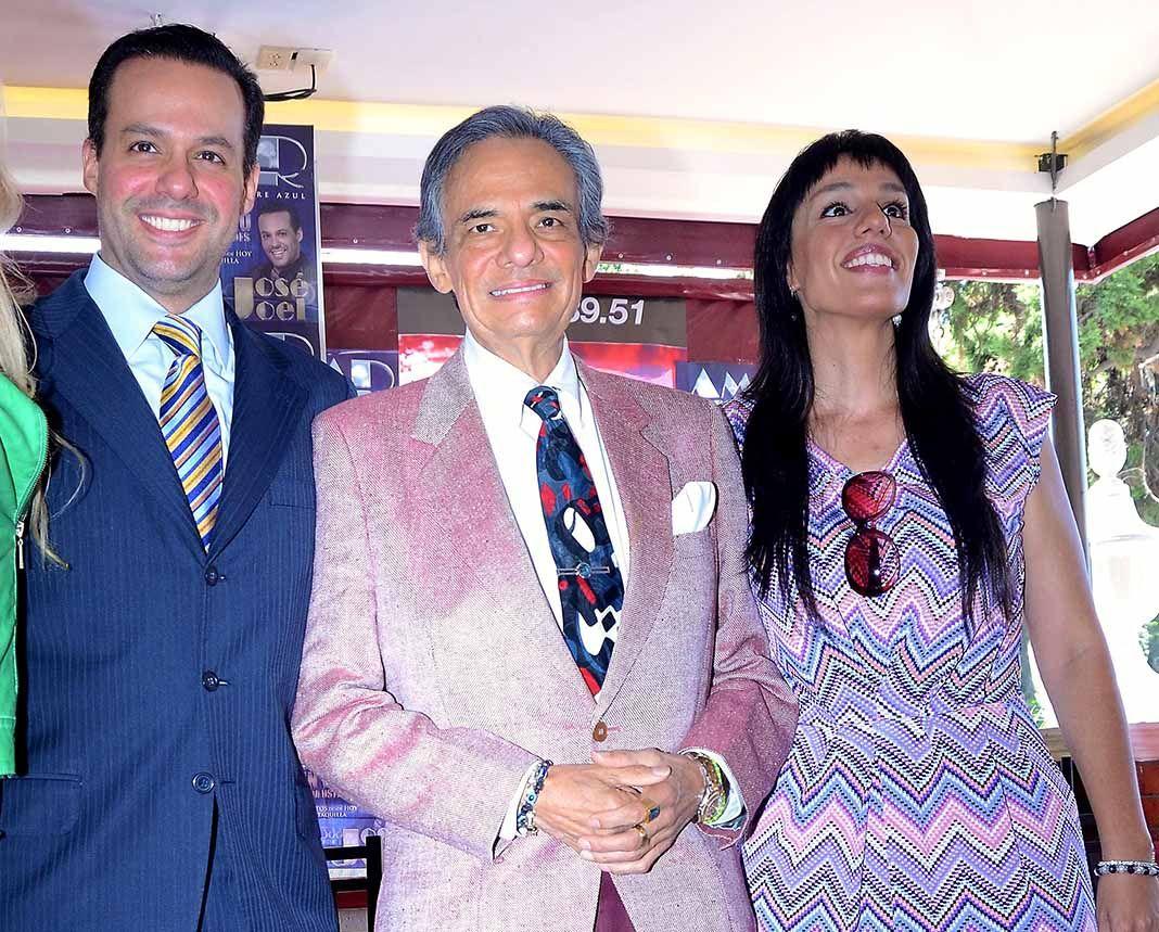 José José con sus hijos José Joel y Marysol Sosa, hace unos años, en México