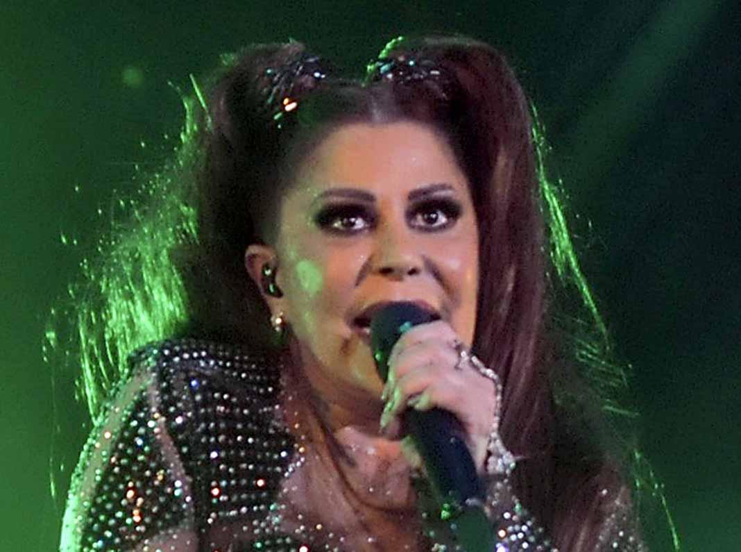 Cuando uno canta, gesticula y se le marcan las arrugas... Pues así se ve Alejandra cuando lo hace