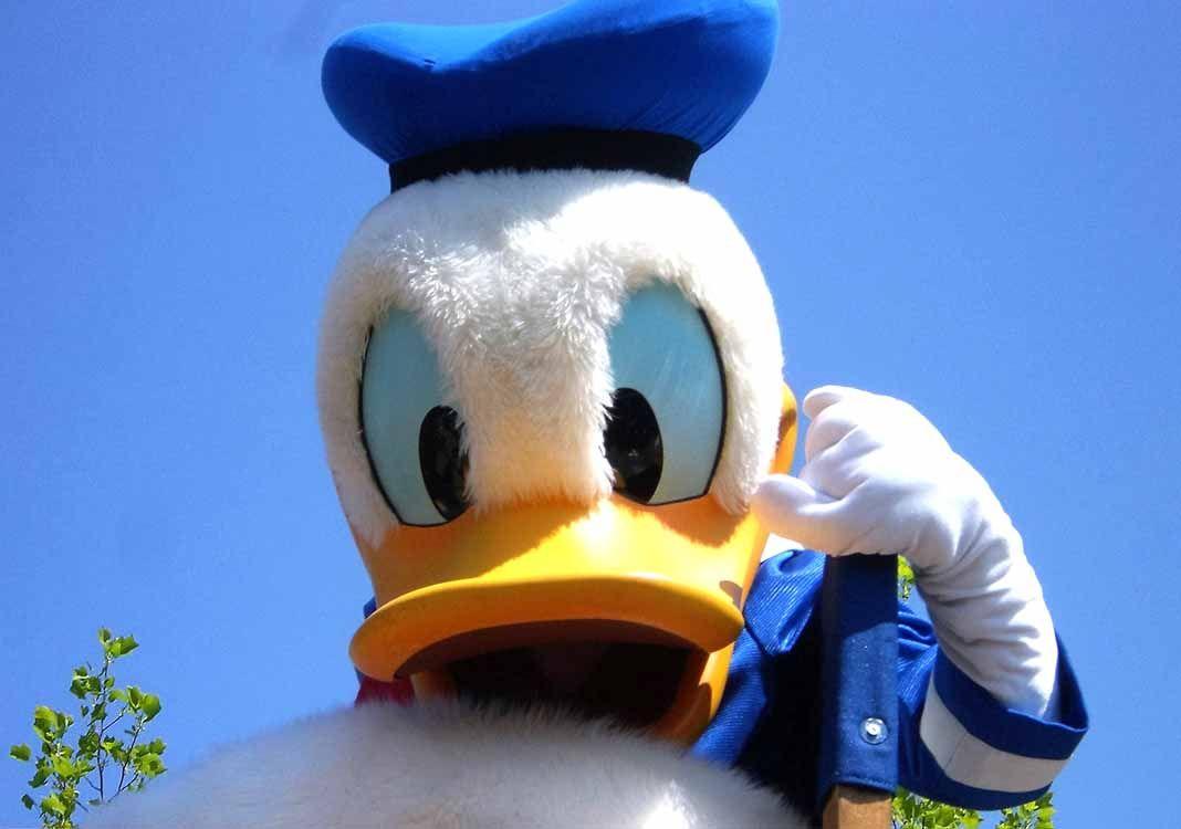La mujer que interpreta al Pato Donald nunca imaginó lo que pasaría cuando otra le pidió darle un beso
