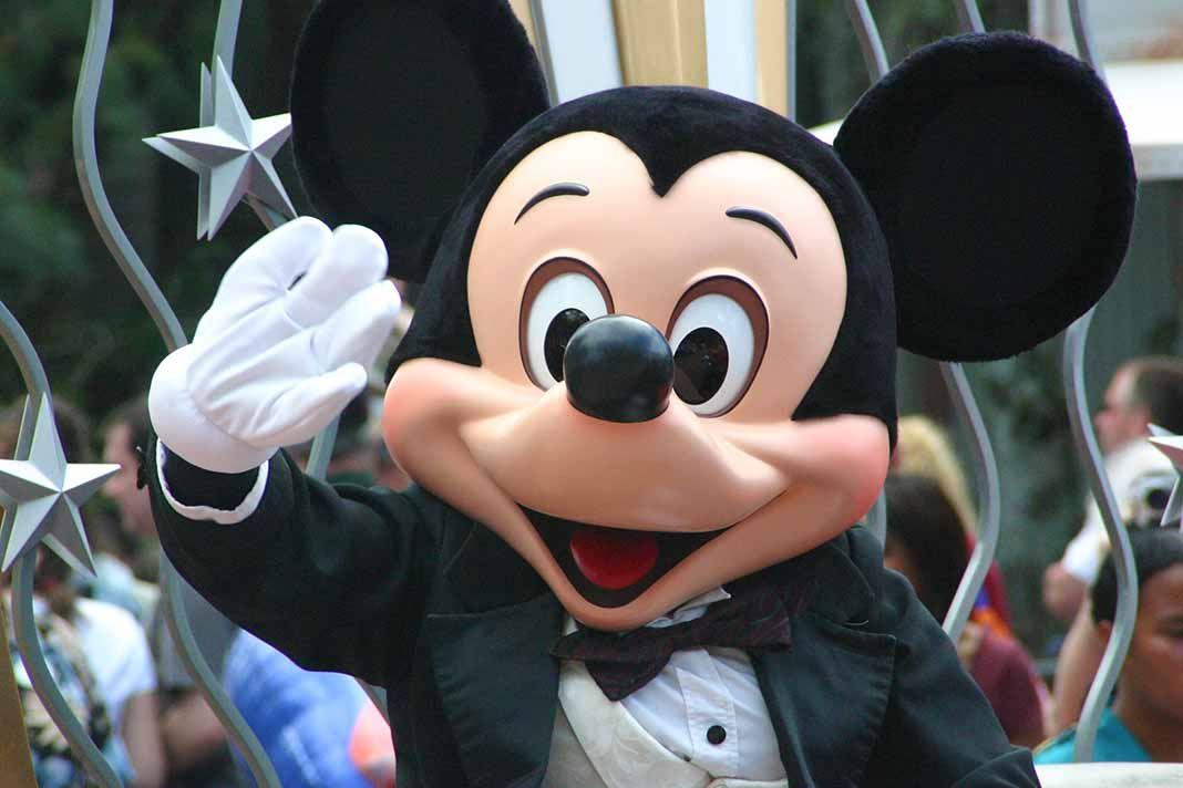 Una abuela golpeó cinco veces la cabeza del disfraz de Mickey Mouse, mandando al hospital a la empleada que lo interpreta