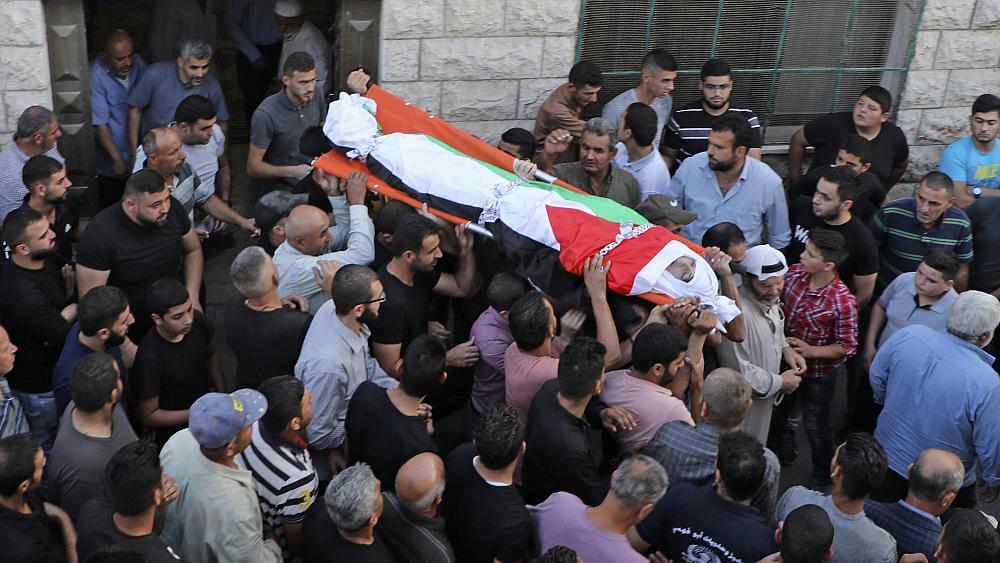 """الإعدام خنقًا: الاحتلال الإسرائيليّ قتل الشاب الفلسطينيّ عامر صنوبر (17 عامًا) ضربًا بأعقاب البنادق ومنع والده من الاقتراب لموقع الجريمة..""""توفيّ إثر سقوطه لدى ملاحقته""""!"""