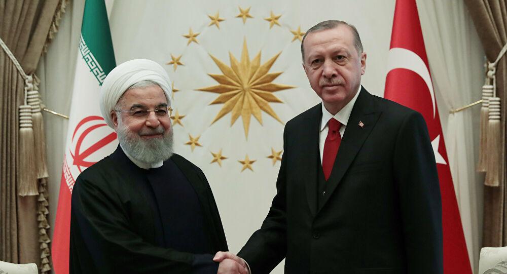 """أردوغان أغضب طِهران.. الرئيس التركي وصل """"فاتِحَاً"""" لأذربيجان وتلا أبياتاً شعريّة """"أسِفَ"""" فيها على """"الانفصال الإجباري"""" بين شطريّ نهر أرس داخل أراضي إيران وأذربيجان.. الخارجيّة الإيرانيّة استدعت سفير أنقرة والوزير ظريف تحدّث عن """"عزيزتنا أذربيجان"""".. هل تعمّد أردوغان المس بوحدة أراضي إيران أم قرأ بيتاً """"لا يعرف معناه""""؟"""