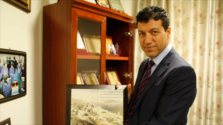 البروفيسور الفلسطينيّ سليم الحاج يحيى ينجح مع فريقٍ طبيٍّ فلسطينيٍّ في عملية هي الأولى من نوعها: توقيف قلب المريض لمدّة 15 ساعة لتغيير الشرايين