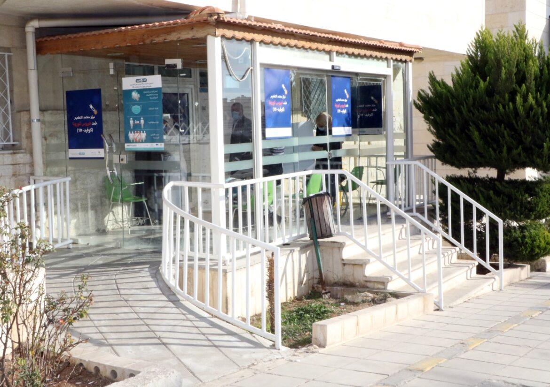 استعداداً للبدء بحملة التطعيم مستشفى الجامعة الأردنية يُخصّص مركزاً للتطعيم ضد فايروس كورونا المُستجد