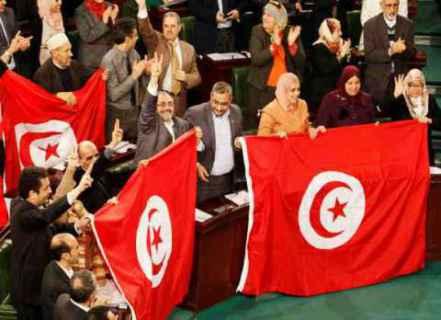 السيناريوهات المُحتملة للأزمة السياسية التونسية.. هل سيتم تكرار النمط الذي اتّبعته التيّارات السياسية بعد ثورة 2011 لحل الأزمات؟