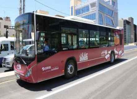 """مشروع """"الباص السريع"""" الأردني يُلهب مناخات عمّان: أول حادثة دهس خلال التشغيل التجريبي وعمدة العاصمة يتحدّث عن الحاجة لعامين ونصف والمواطنون يُضايقون ويُلاحقون الحافلة ويجعلونها """" أكثر بُطئًا"""" والأمن العام يتوعّد"""