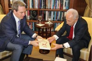 """סיידמן מעניק לנשיא פרס את ספרו """"איך"""", צילום: יוסף אבי יאיר אנגל - ג'וחא"""
