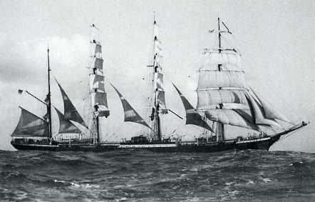 """לה """"פמיר"""" (Pamir), בארק ארבע-תורנית שהובילה מטען בצובר של דשנים, תירס ושעורה. תמונה מ-1905. צילום: ויקיפדיה"""