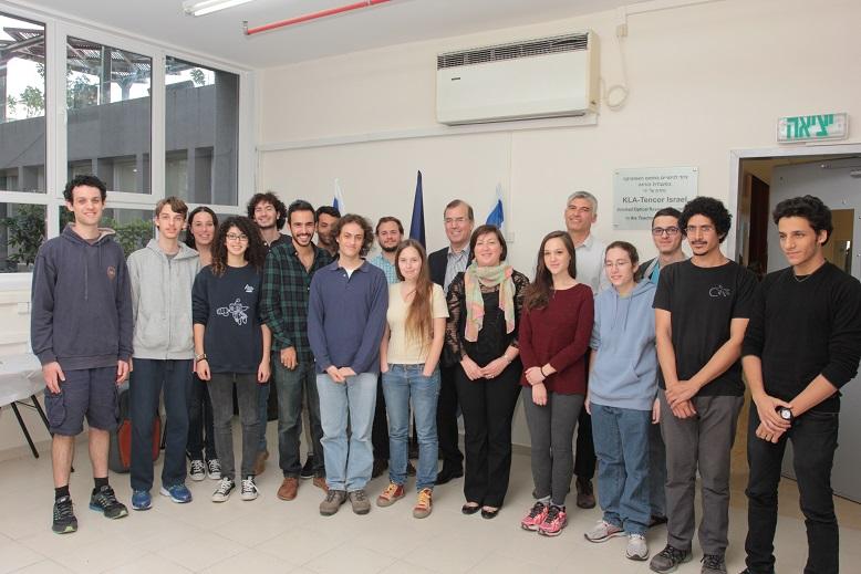 """ד""""ר אמנון מנסן, דירקטור אופטיקה ופיתוח מתקדם KLA-Tencor ישראל וד""""ר עמי אפלבום, נשיא KLA-Tencor  ישראל עם הסטודנטים המצטיינים שזכו במלגות"""