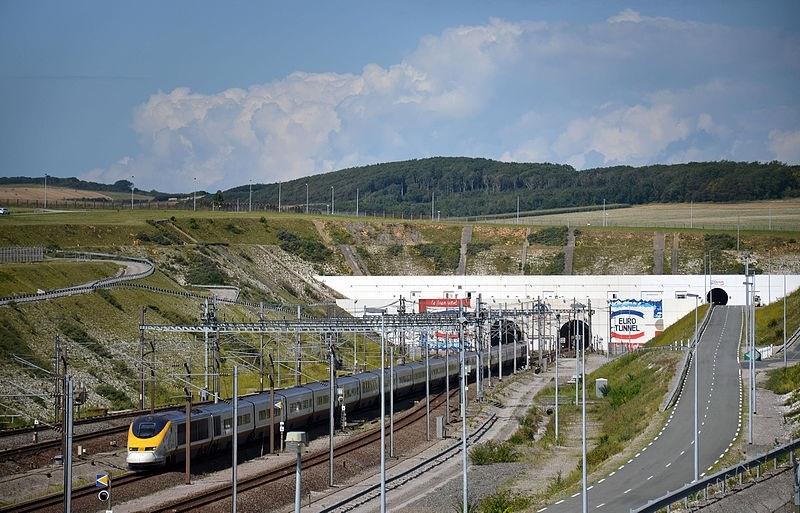 הכניסה למנהרת תעלת למאנש מהצד הצרפתי : צילום: ויקיפדיה