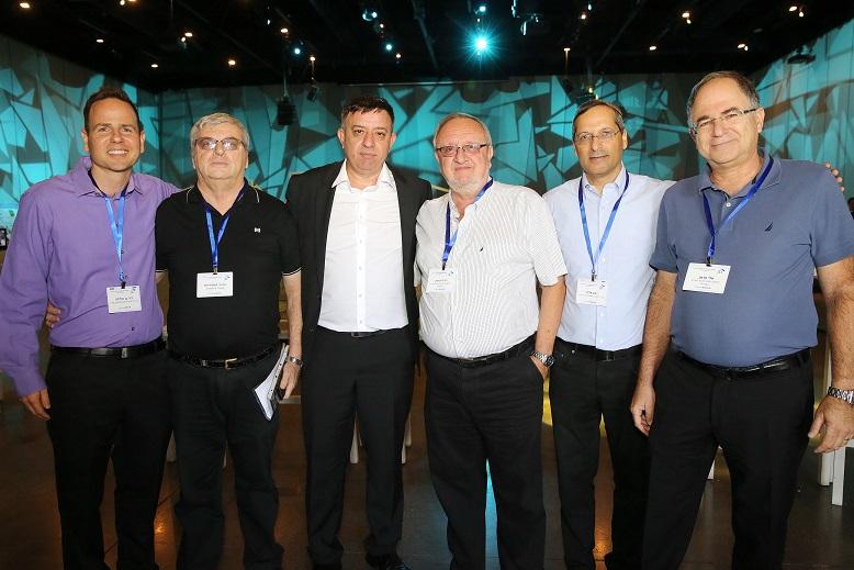 מימין לשמאל אבי גבאי וחברי לשכת הטכנולוגיות למידע