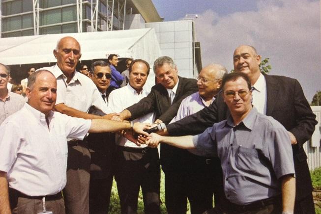 מימין: דודי ויסמן, אודי סביון, עוזי ורדי-זר, ג'ון בק, עמית שגב, פיני כהן, משה לו, יהודה וילק
