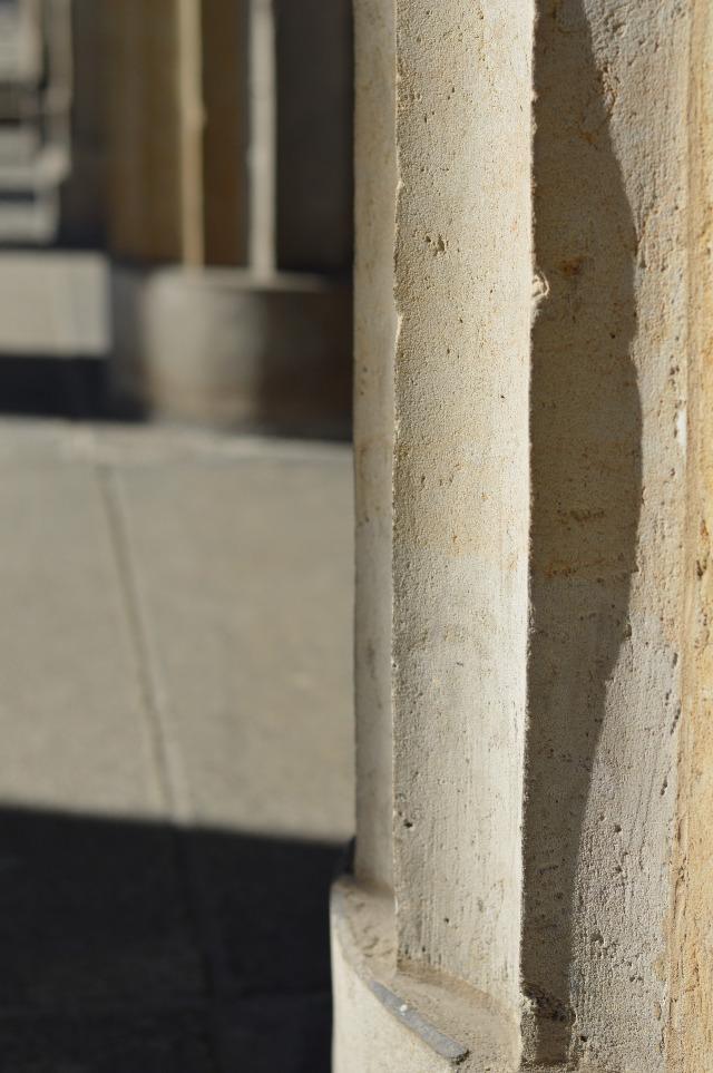 Wie man sein Outfit winterfest macht - Mango Leder-Bikerjacke, schwarzer Rollkragenpullover, selbstgenähter Streifenrock Schnitt Grande Arche Rock von Sewionista Patterns, silberne Abro Tasche... Sewionista.com ... Sewing ... Slow Fashion ... DIY ... Blog