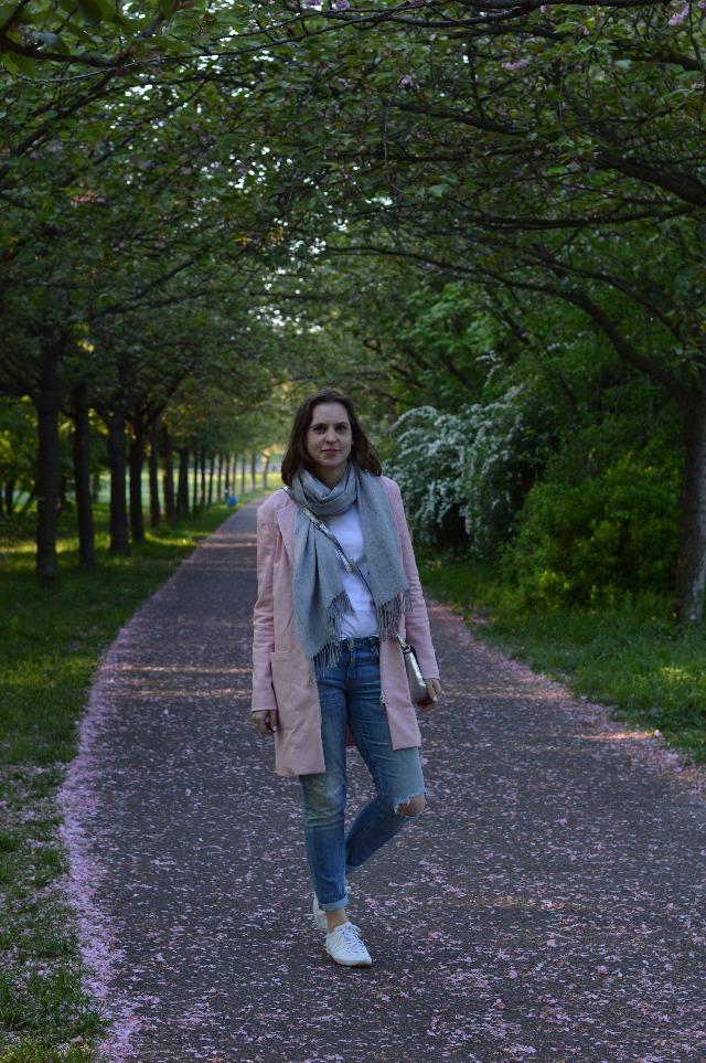 Selbstgenähter Grande Arche Mantel rosa von Sewionista Patterns, Uniqlo T-Shirt, Zara Jeans, Abro Tasche silber, Adidas Gazelle Sneakers weiß ... Sewionista.com ... Nähen ... Slow Fashion ... DIY