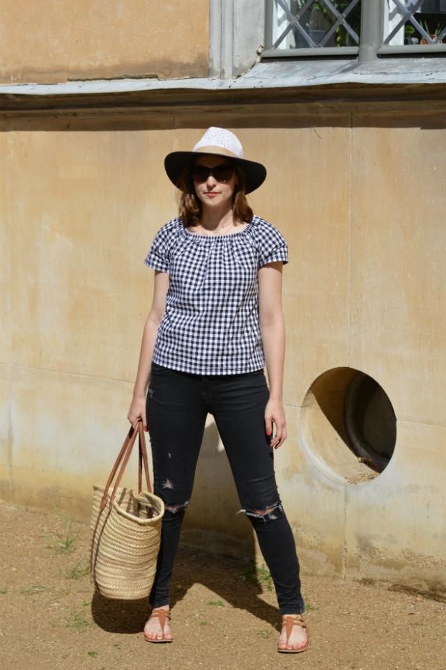 Urlaubsoutfit - selbstgenähte Vichykarobluse Burda Easy Schnitt, schwarze Zara Jeans, Strohhut, Strohtasche, Oscar de la Renta Sonnenbrille, braune Sandalen ... Sewionista.com ... Nähen ... Slow Fashion ... DIY