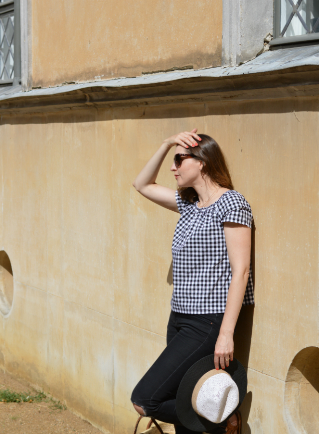 Vacation outfit - me-made gingham blouse Burda Easy pattern, black Zara jeans, straw hat, straw bag, Oscar de la Renta sunglasses, brown sandals ... Sewionista.com ... Sewing ... Slow Fashion ... DIY