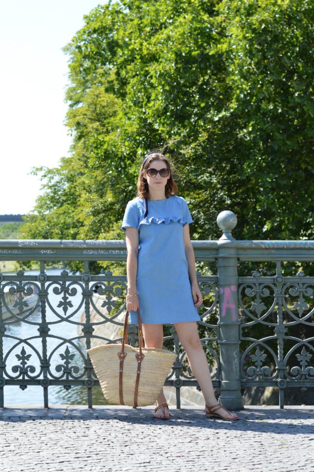 Urlaubsoutfit - selbstgenähtes Jeanskleid Falaise Schnitt Sewionista Patterns, Dior Seidenschal als Haarband, Strohtasche, Tommy Hilfiger Sonnenbrille, braune Sandalen ... Sewionista.com ... Nähen ... Slow Fashion ... DIY