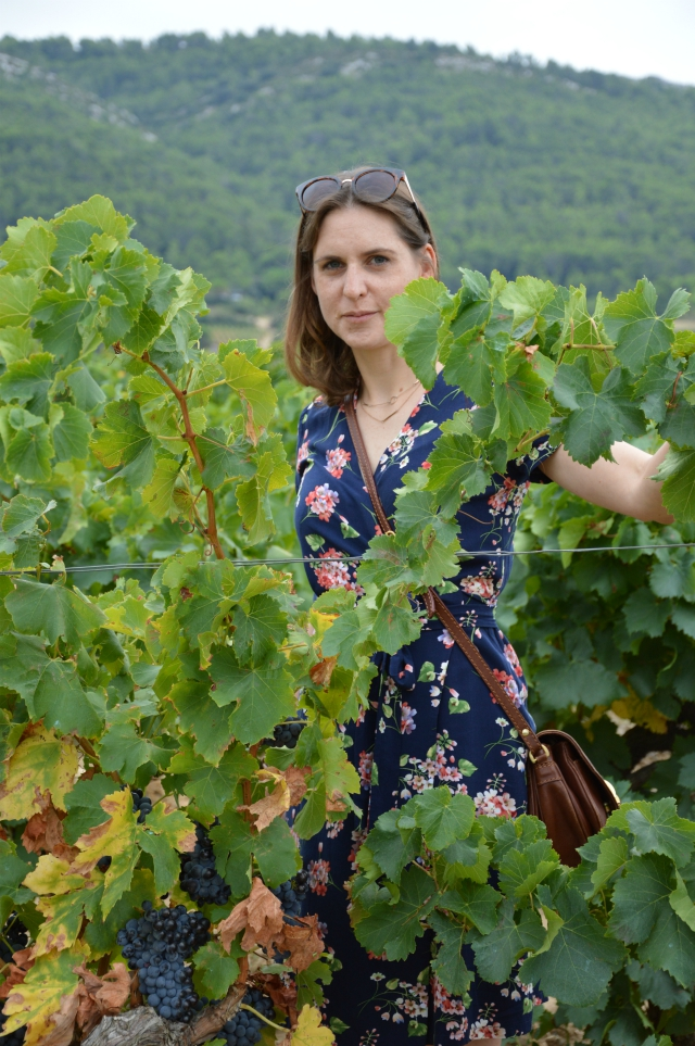 Urlaubsoutfit - selbstgenähtes Wickelkleid Schnitt 122 Burda 10/2011, Zara Jeansjacke, braune Vintage Tasche, Guess Sonnenbrille, braune Sandalen ... Sewionista.com ... Nähen ... Slow Fashion ... DIY