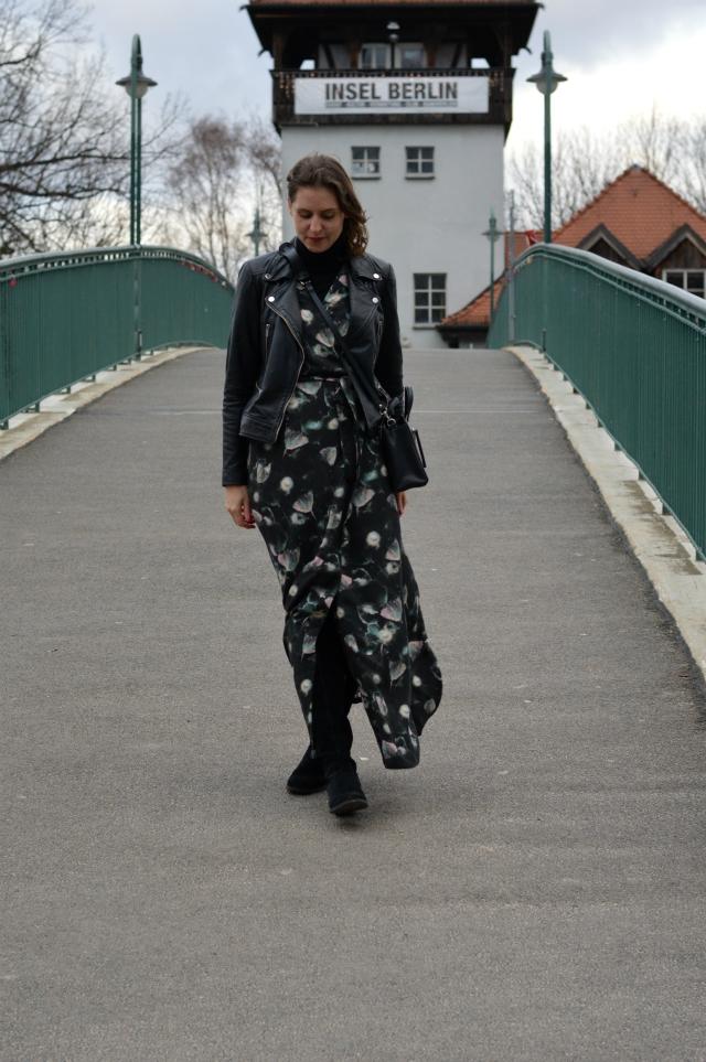 Winter Outfit - selbstgenähtes Maxi-Wickelkleid Schnitt 122 Burda 10/2011, schwarze Leder-Bikerjacke, schwarzer Rollkragenpullover, schwarze Tasche, schwarze Overkneestiefel ... Sewionista.com ... Nähen ... Slow Fashion ... DIY