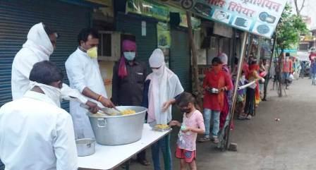 गरीबों को भोजन, गरीब-मीडिया रसोई, गरीबों को खान, लॉक डाउन, मजदूर, निरश्रित, असहाय,
