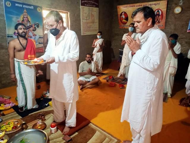 महर्षि पाणिनि वेद-वेदांग विद्यापीठ (गुरुकुल) में सावन के सोमवार पर महामृत्युंजय भगवान का रुद्राभिषेक