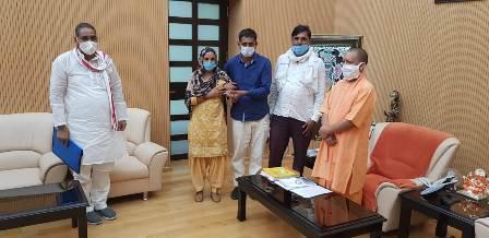 योगी आदित्यनाथ से मिले सुदीक्षा के परिजन, मिली बीस लाख की आर्थिक मदद, बनेगा प्रेरणा स्थल व लाइब्रेरी