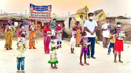 दरयाव आदर्श वंश शिक्षा समिति ने गरीब बस्ती में रहने वाले बच्चों को वितरित किया पाठ्य सामग्री
