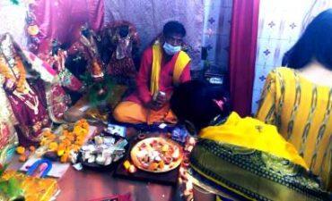 अष्टमी पर शहर के मंदिरों में मास्क लगाकर पहुंचे भक्त, मंदिर के पुजारी ने सामाजिक दूरी व मास्क लगाने का किया पालन