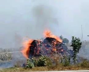 भूसे की बुर्जी व बिटौडों में आग, ठेकेदार पर आग लगाने का आरोप