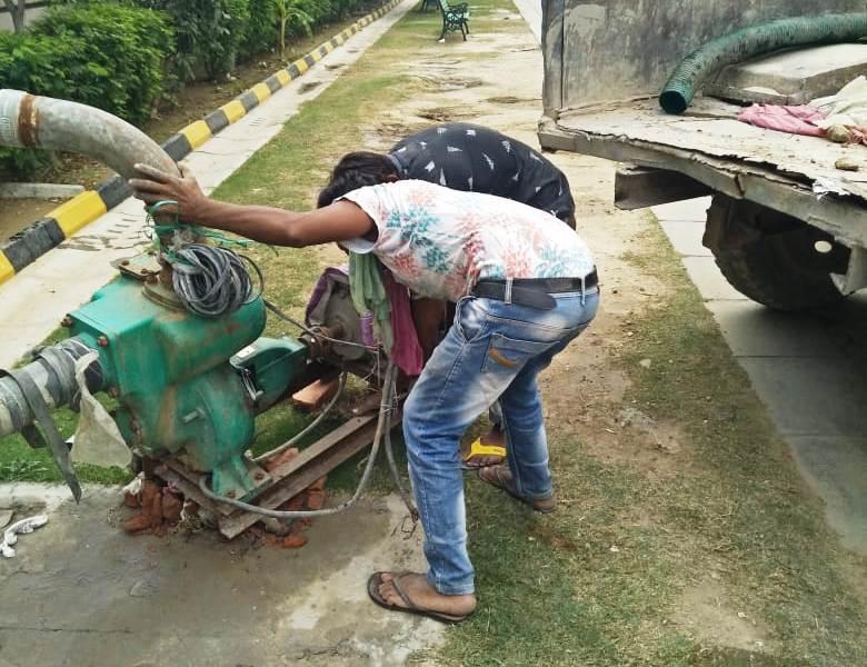 बिल्डर द्वारा एसटीपी का पानी बरसाती नाले में डालने पर प्राधिकरण ने पम्प सेट किया जब्त