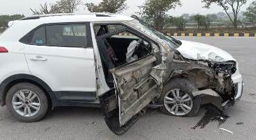 यमुना एक्सप्रेस वे पर डम्फर ने मारी कार में टक्कर, दो घायल