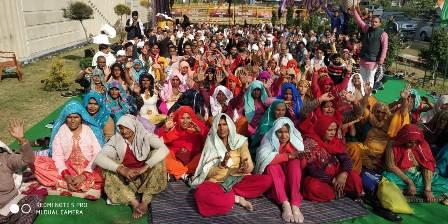 ग्रेनो प्राधिकरण पर डीएमआईसी से प्रभावित किसानों के पड़ाव में शामिल हुई महिलाएं