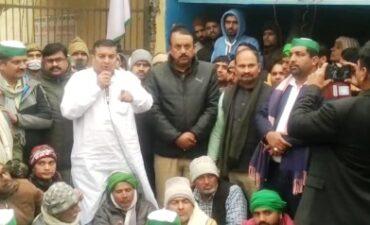 चौकी इंचार्ज पर किसान नेता से अभद्रता का आरोप, किसानों ने किया प्रदर्शन