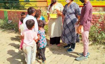 ग्रैंड माँ प्रीस्कूल एवं डे केयर स्कूल ने संत रविदास जयंती पर गरीब बच्चों को बांटी पाठ्य सामग्री