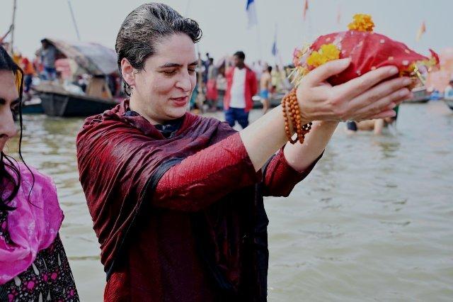 प्रियंका गांधी वाड्रा ने प्रयागराज संगम में लगायी आस्था की डुबकी