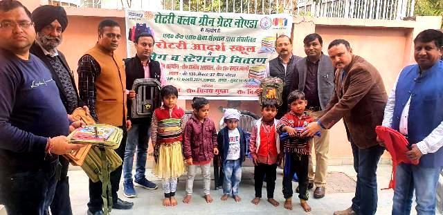 रोटरी क्लब ने आदर्श स्कूल के बच्चों को बैग व स्टेशनरी बांटे