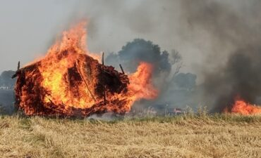 भयंकर आग से दर्जन भर किसानों की फसल व भूसा स्वाहा, लाखों का नुकसान