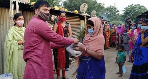गरीब जरुरतमंद को उनके घर पर किया राशन व मास्क का वितरण