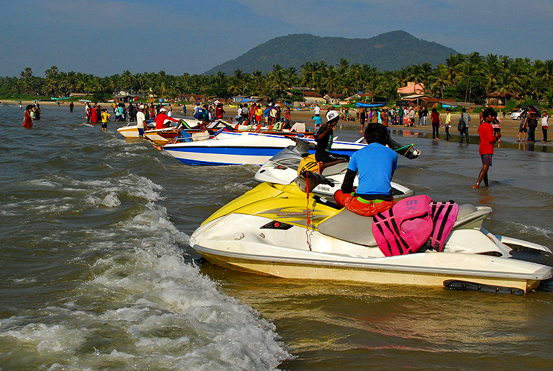 The buzzing Murudeshwar beach